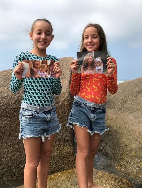 As irmãs Serena e Vitória com fotografias da época de 'Flor do Caribe' (Foto: Arquivo pessoal)