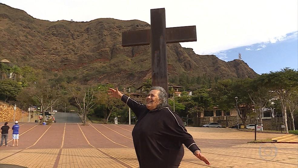 A atriz Teuda Bara é madrinha da Praça do Papa, em BH (Foto: Reprodução/TV Globo)