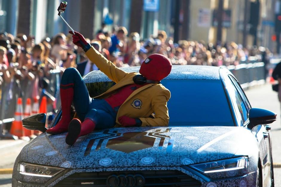 Tom Holland, o Homem-Aranha, posando com o Audi A8 durante a pré-estreia de De Volta ao Lar (Foto: Divulgação)