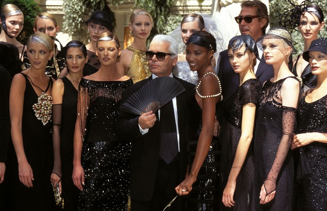 Karl Lagerfeld ao final do desfile de inverno 1996, da Chanel (Foto: Getty Images)