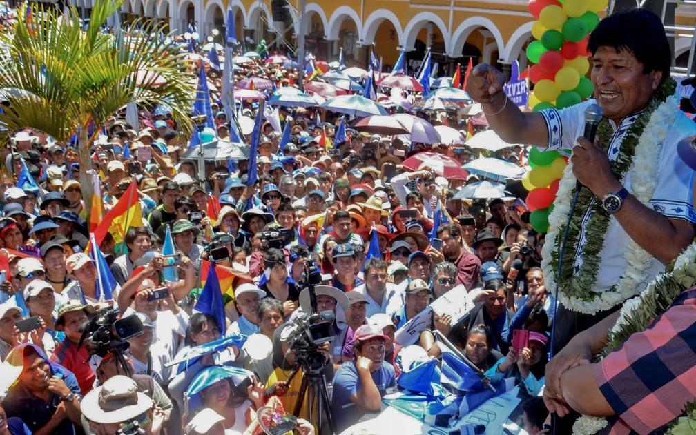 Evo Morales discursa para apoiadores após se declarar vencedor das eleições presidenciais, em Cochabamba, na Bolívia, mesmo antes da divulgação dos resultados finais, na quinta-feira (24) — Foto: STR/AFP