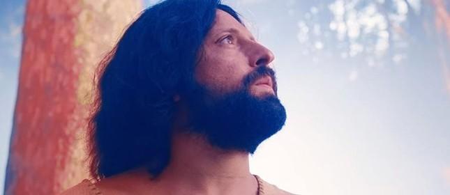 Gregorio Duvivier interpreta um Jesus gay no especial de Natal do Porta dos Fundos exibido na Netflix
