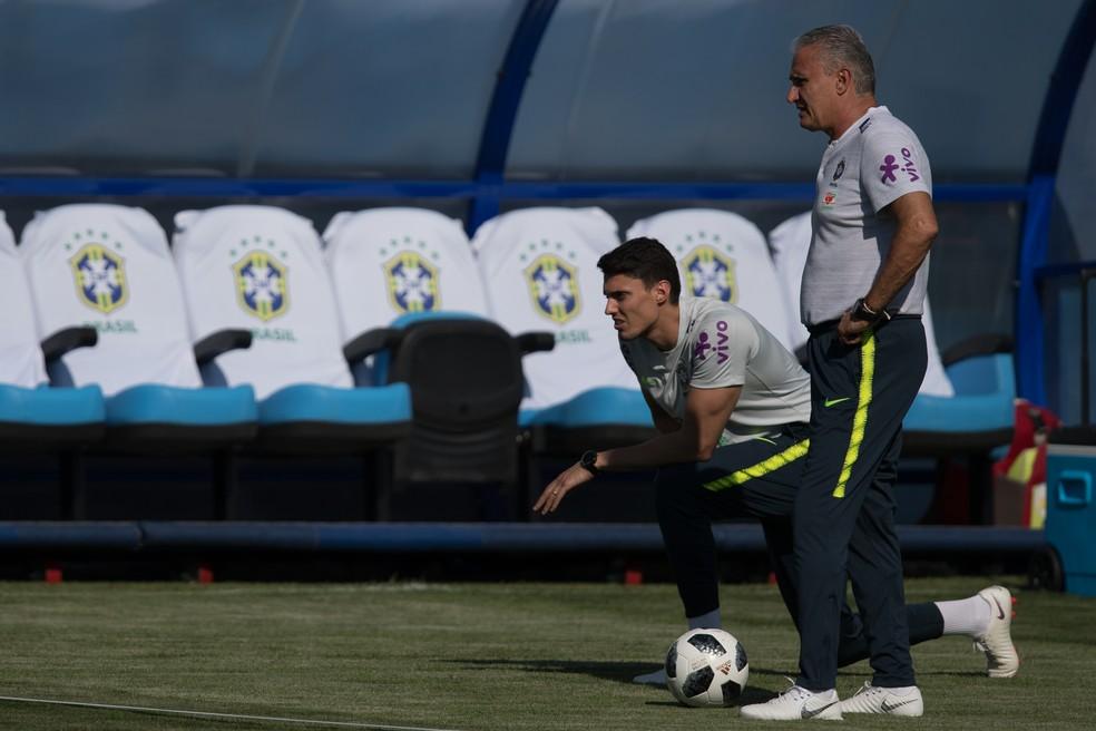 Tite ao lado de seu filho e auxiliar, Matheus Bachi (Foto: Pedro Martins / MoWA Press)