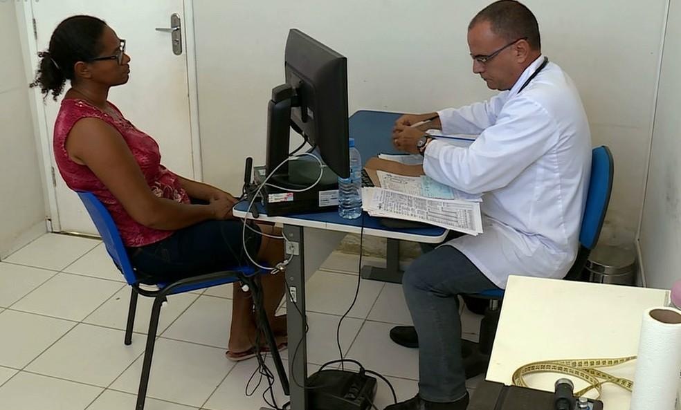 O médico Richard Afonso Bonachea é um dos poucos que continuaram atuando em Exu. Com a saída de Cuba do Mais Médicos, ele vai deixar o Brasil — Foto: Reprodução / TV Grande Rio