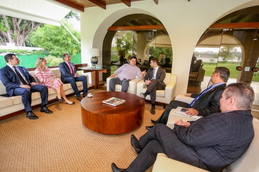 Leite foi recebido por Alcolumbre na residência da presidência do Senado — Foto: Felipe Dalla Valle / Palácio Piratini