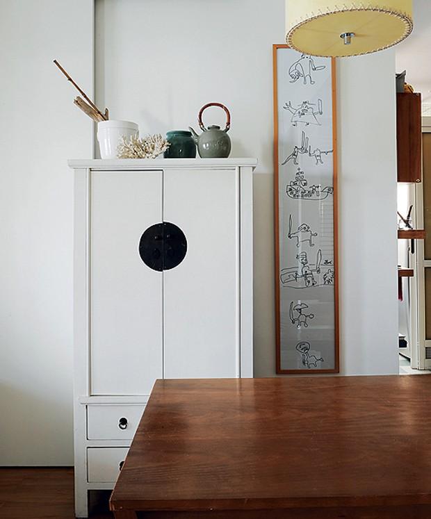 A cozinha foi o local que a arquiteta Cinthia Liberatori escolheu para exibir os desenhos dos filhos, de 11 e 8 anos. Emoldurados em um painel vertical, eles realmente ganharam cara de obra de arte (Foto: Marcelo Magnani/Casa e Jardim)