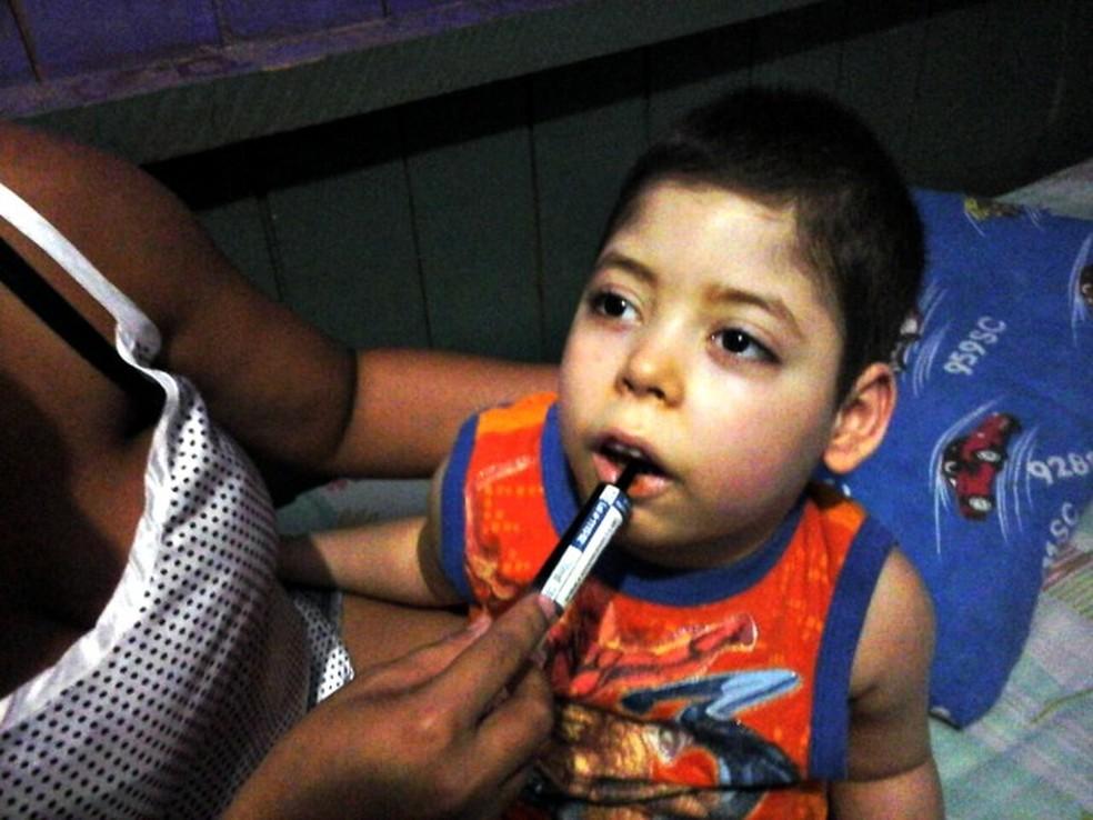 Família conseguiu remédio na Justiça, mas menino sofreu com reações alérgicas e remédio foi suspenso (Foto: Jessé Manasfi/Arquivo Pessoal)