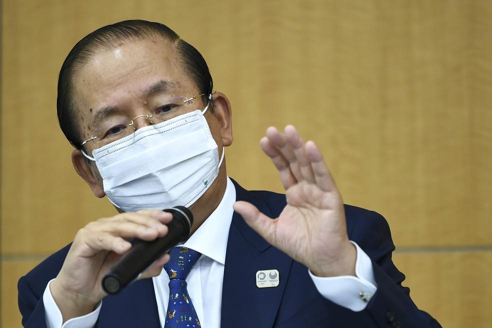 O presidente-executivo da Olimpíada de Tóquio, Toshiro Muto, durante coletiva de imprensa na quinta (18) — Foto: Kazuhiro Nogi/Pool via AP