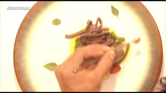 Aprenda a fazer macarrão de açaí com molho pesto de jambu