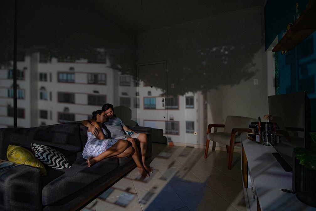 Ensaio usa princípio da 'camera obscura' para fundir vista da janela com interior de casas durante a pandemia — Foto: Felipe Martini/obs-cu-ra Pandemic Portraits
