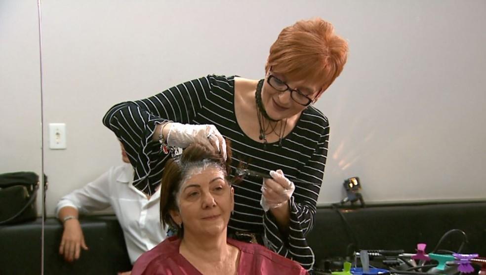 A cabeleireira Rosimar Defendi Silva, em seu salão em Ribeirão Preto (SP)  — Foto: Reprodução/EPTV