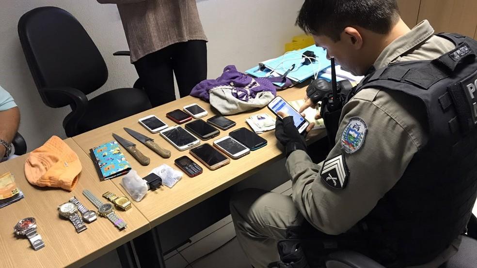 Celulares, relógios e dinheiro foram encontrados em mochila que casal de adolescentes levavam em João Pessoa (Foto: Walter Paparazzo/G1)