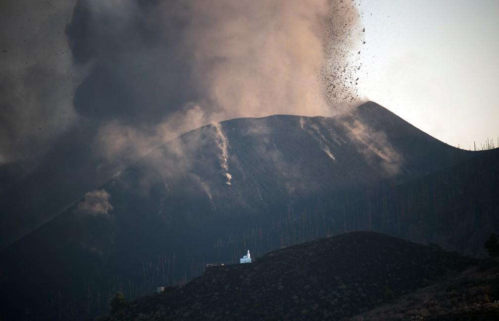 Vulcão em atividade no topo do Cumbre Vieja, visto a partir de Los Llanos de Aridane, na ilha canária de La Palma, na Espanha, em 25 de setembro de 2021 — Foto: Desiree Martin/AFP