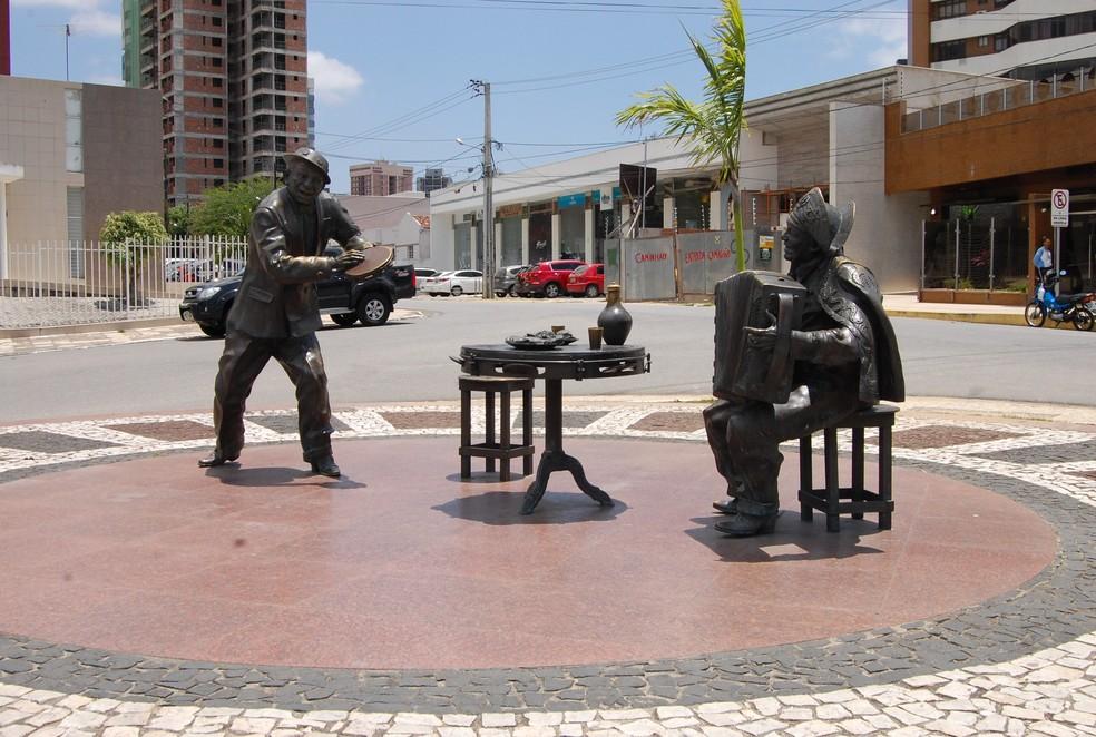 Jackson do Pandeiro e Luiz Gonzaga são homenageados em monumento, às margens do Açude Velho — Foto: Gustavo Xavier / G1