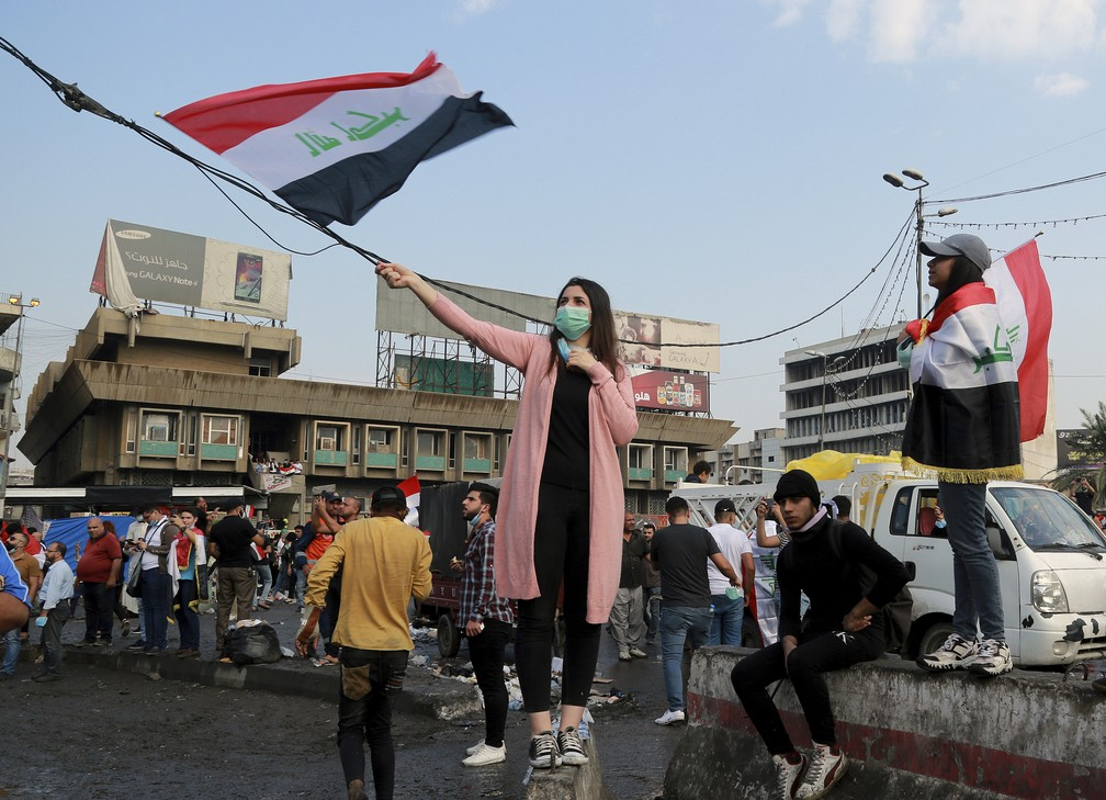 Protesters with Iraqi flags protest at Tahrir Square in Baghdad on Wednesday (30) - Photo: Hadi Mizban / AP Photo