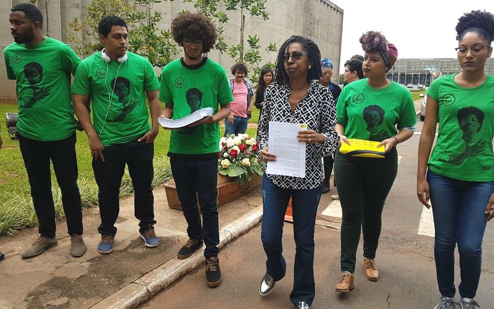 Diretora executiva da Anistia Internacional no Brasil, Jurema Werneck, leva 63 mil assinaturas no manifesto 'Jovem Negro Vivo' ao Minsitério da Justiça (Foto: Marina Oliveira/G1)