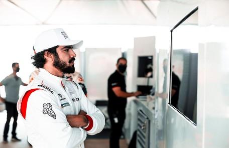 Caio Castro, que também tem um Porsche, tornou-se piloto profissional da marca e competiu em São Paulo este mês Matheus Coutinho
