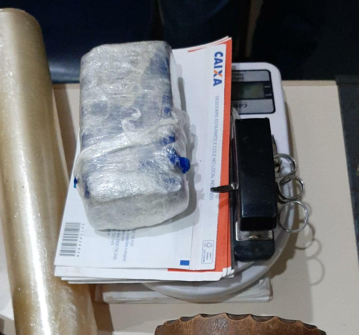 Casal suspeito de tráfico de drogas é preso em Saquarema, no RJ
