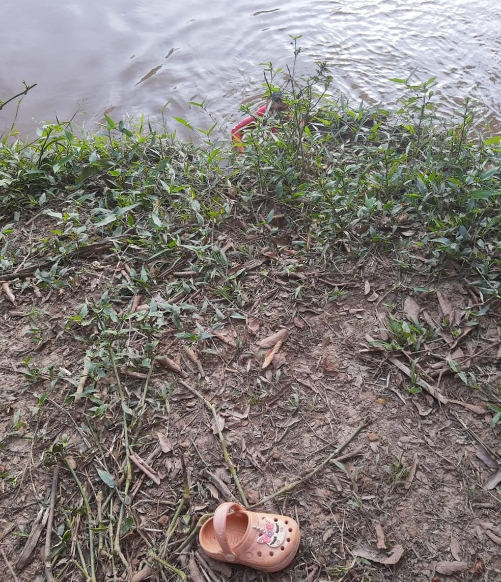 Sapatinho da criança que teria sido jogada em rio pelo pai em MG é encontrado na beira de rio — Foto: Corpo de Bombeiros