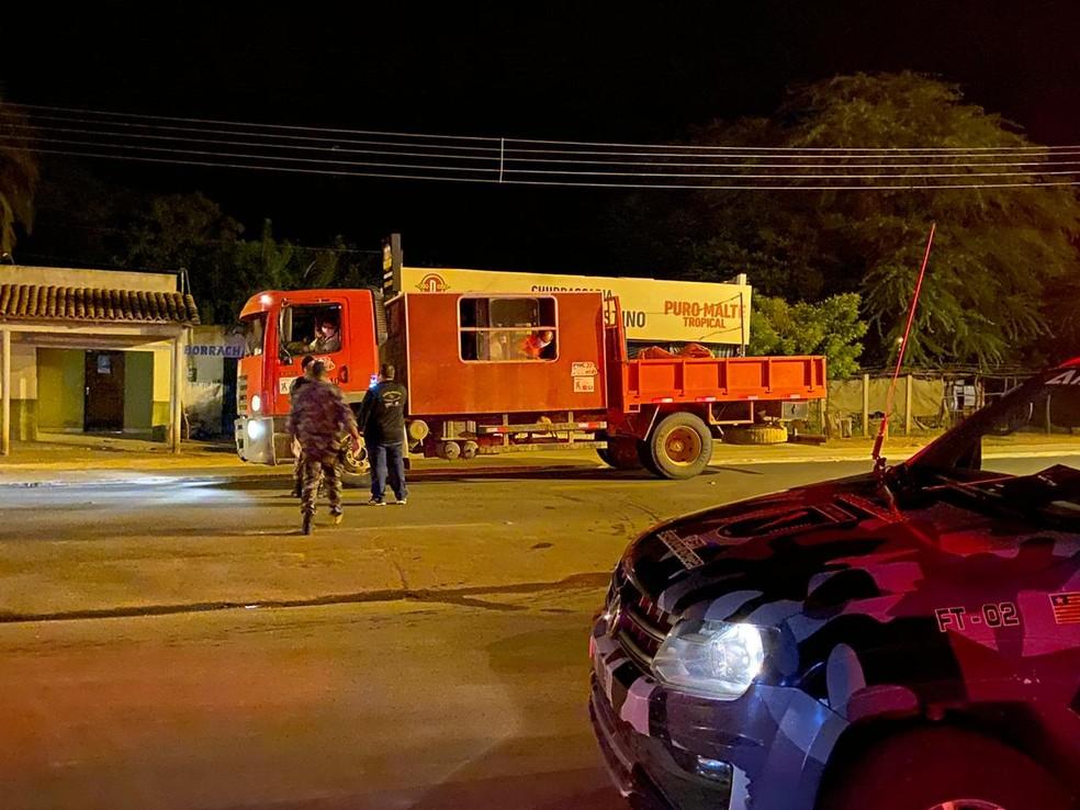 Caminhão abordado pela PM na cidade de São Raimundo Nonato — Foto: Divulgação /PM-PI