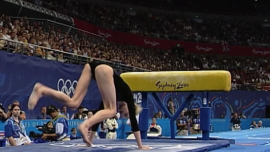 Aparelho na altura errada provoca show de quedas; reveja momento inusitado da ginástica em Sydney