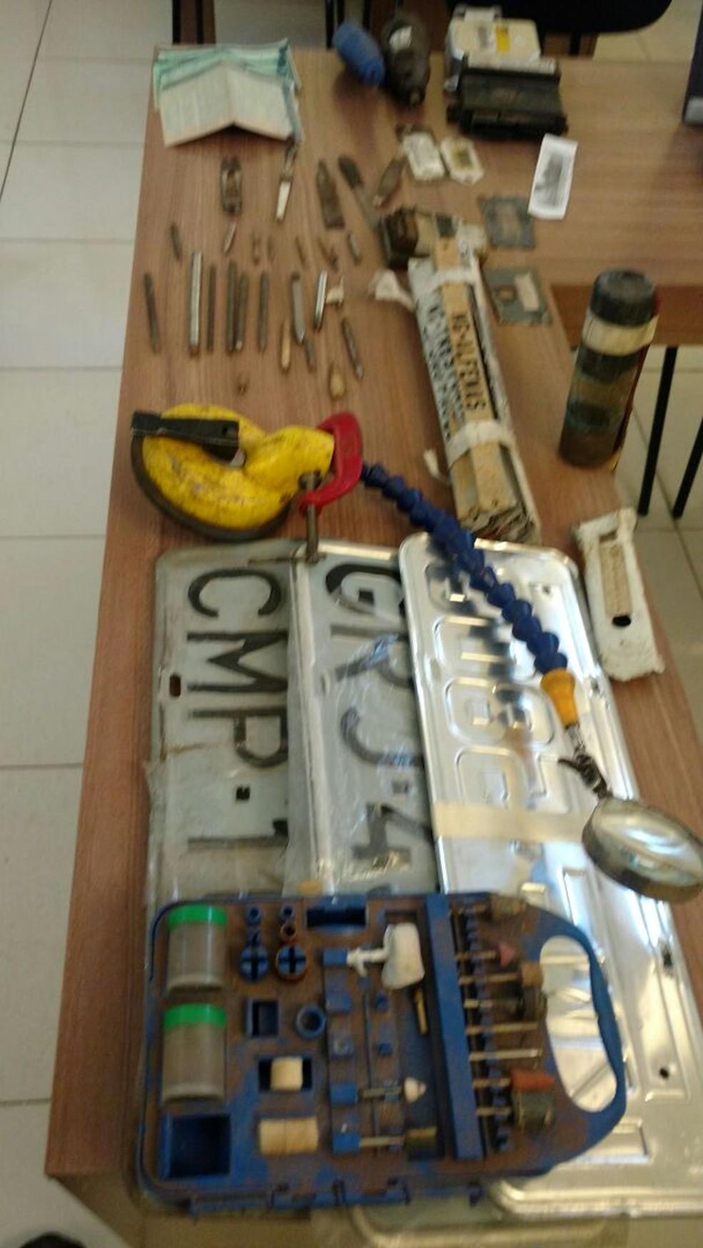 Polícia apreende placas e objetos usados para adulteração de veículos em Boa Esperança (Foto: Polícia Civil)