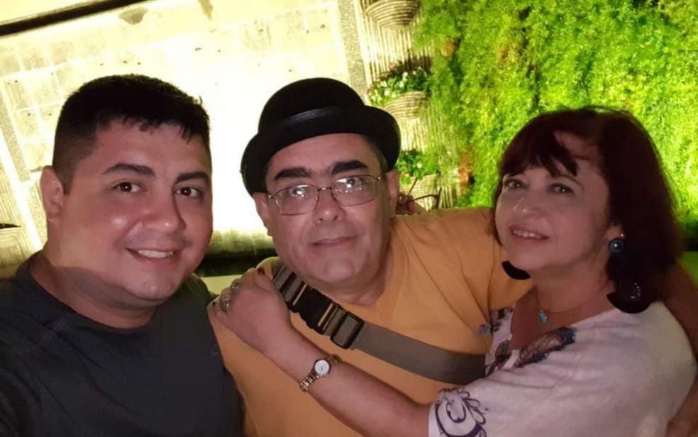 Israel Penteado com os pais que morreram de Covid-19 em intervalo de meia hora, em Goiás — Foto: Reprodução/TV Anhanguera