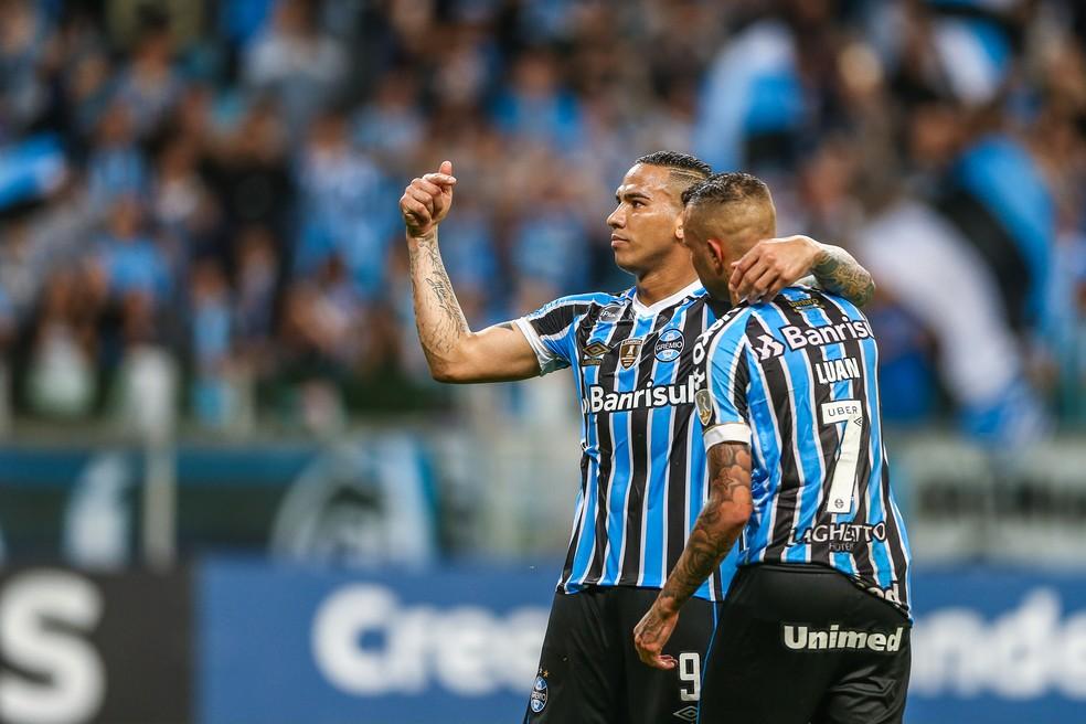 Jael aponta para Luan e pede aplausos da torcida após camisa 7 ceder pênalti — Foto: Lucas Uebel/Grêmio