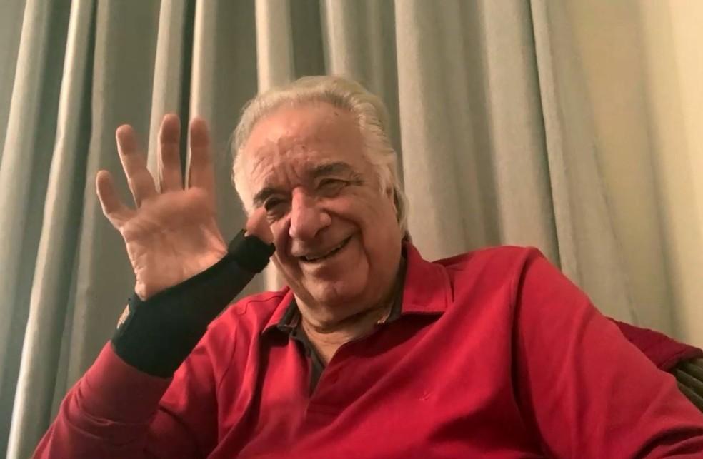 O maestro João Carlos Martins mostra o dedo imobilizado após queda no Theatro Pedro II, em Ribeirão Pretio — Foto: Reprodução/EPTV
