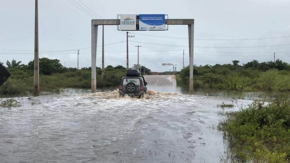 Lagoa se formou em trecho da MA-315 que liga municípios do Maranhão — Foto: Sidney Pereira/TV Mirante
