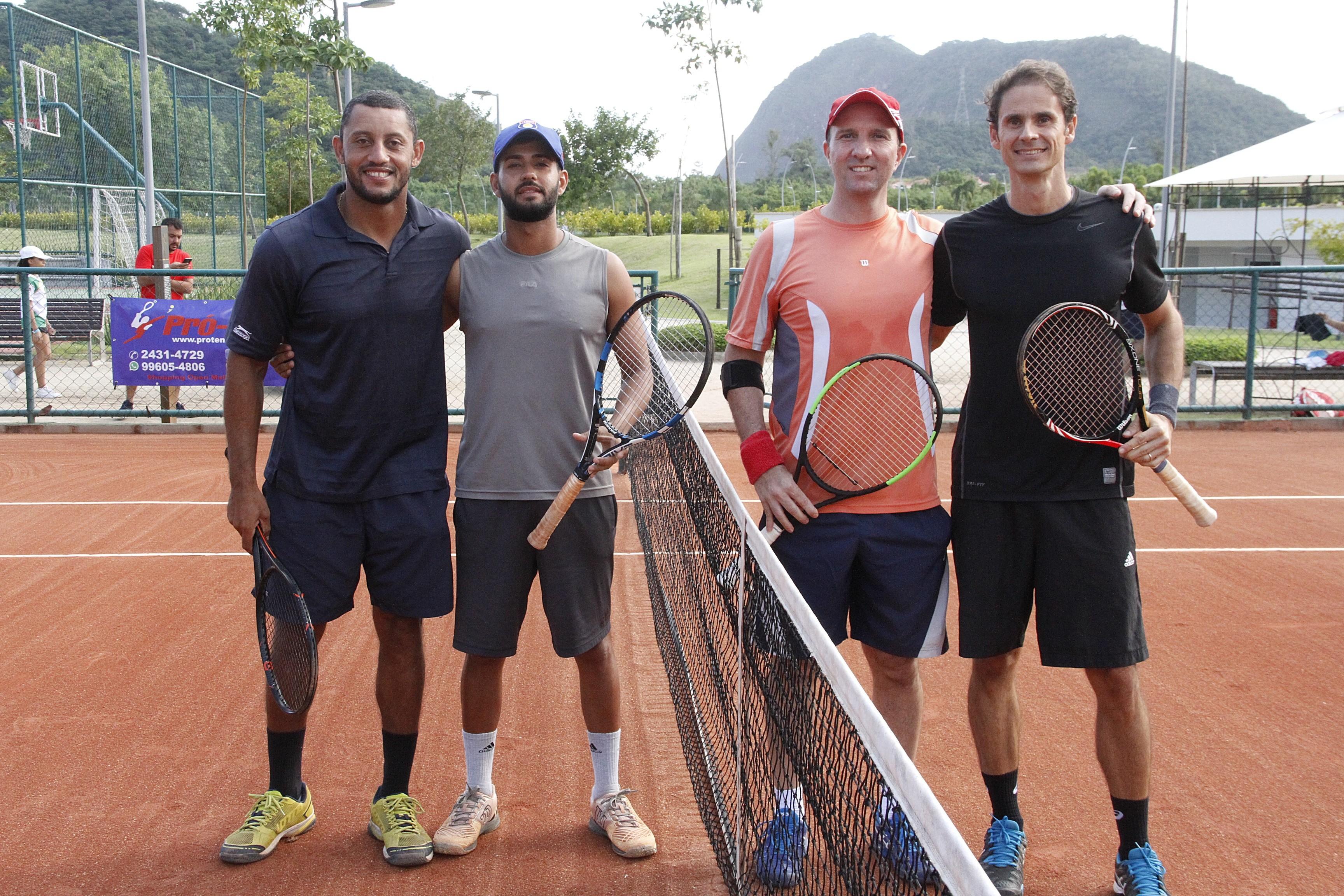 Da esquerda para a direita, os vice-campeões da A, Denis Alves e Marcos Silva, e os campeões Leonardo Tonelli e Leonardo Roedel