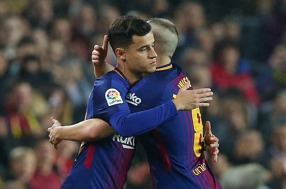 """Philippe Coutinho abraça Iniesta ao substituir o capitão do Barça contra o Espanyol, na Copa do Rei: """"É um gênio"""", diz o brasileiro (Foto: Albert Gea/Reuters)"""