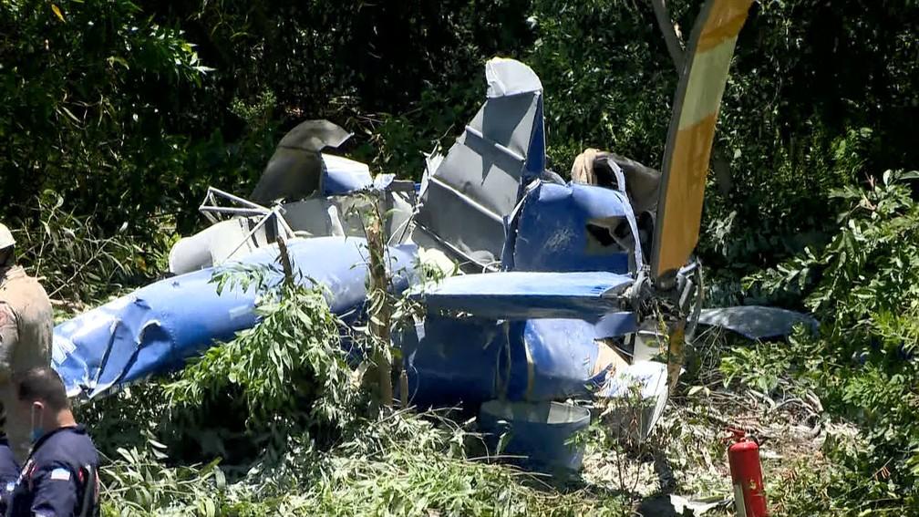 Helicóptero ficou destruído após cair em Vila Velha — Foto: Reprodução/TV Gazeta