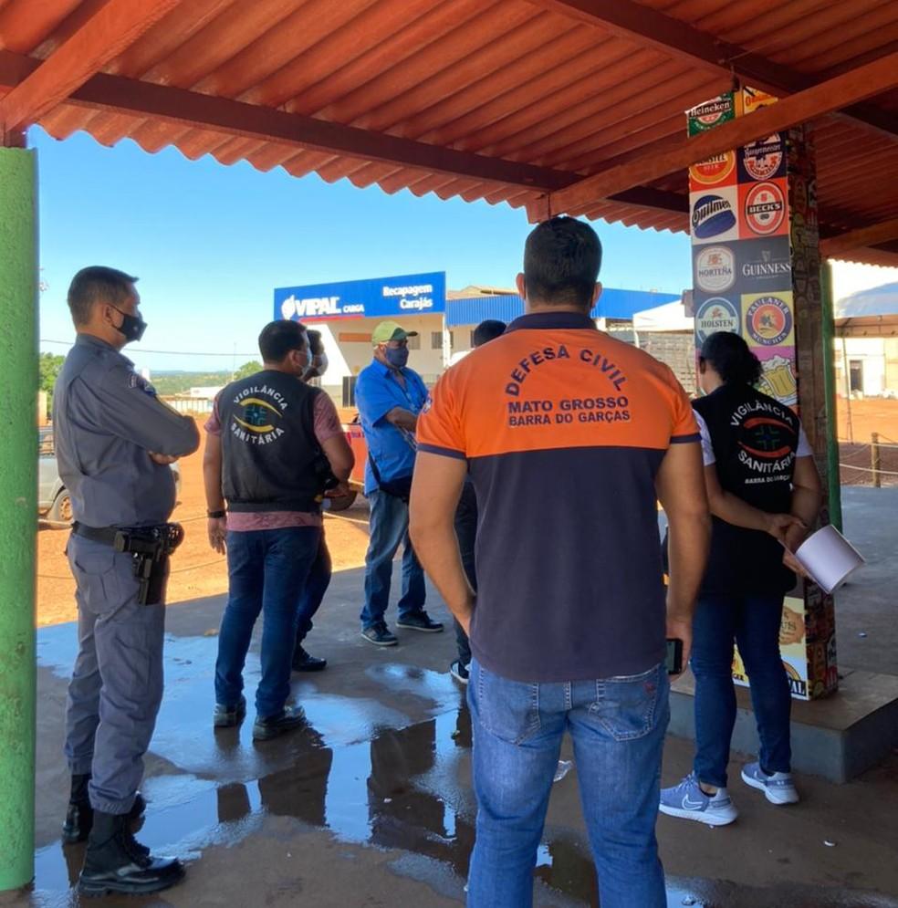 Grupo de fiscalização fechou comércio e multou dono — Foto: Defesa Civil