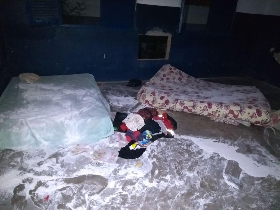 Trigo foi jogado em colchões de venezuelanos que se abrigavam em prédio abandonado (Foto: Marcelo Marques/G1 RR)
