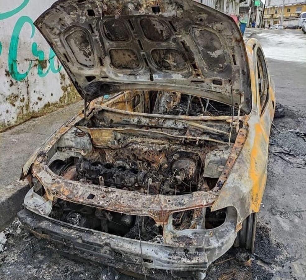 Carro antigo de Alexsandro, que foi incendiado — Foto: Reprodução Redes Sociais / Belezas.suburbio