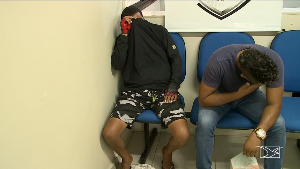Rafael Costa Silva e Auricélio Pereira Mendonça foram detidos pelos policiais e encaminhados à Delegacia de Meio Ambiente.  — Foto: Reprodução/TV Mirante