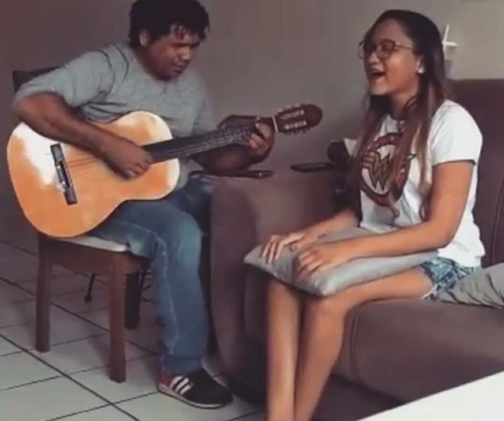 Jovem cega utiliza a terapia com música como forma de progredir — Foto: Reprodução/Redes Sociais