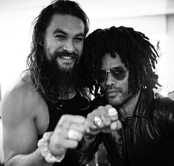 Jason Momoa e Lenny Kravitz com as alianças de caveira (Foto: Instagram)