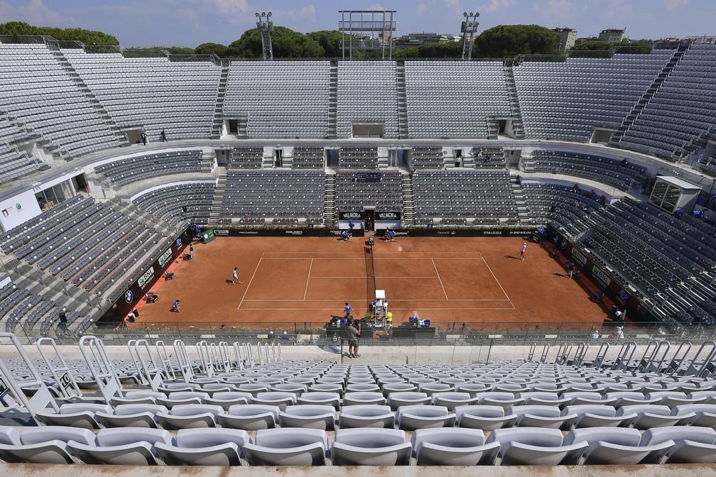 As arquibancadas ao redor da quadra central do 'Foro Italico' são vistas vazias durante uma partida entre Novak Djokovic e Salvatore Caruso no Aberto da Itália, em Roma, na quarta-feira (16) — Foto: Alfredo Falcone/LaPresse via AP