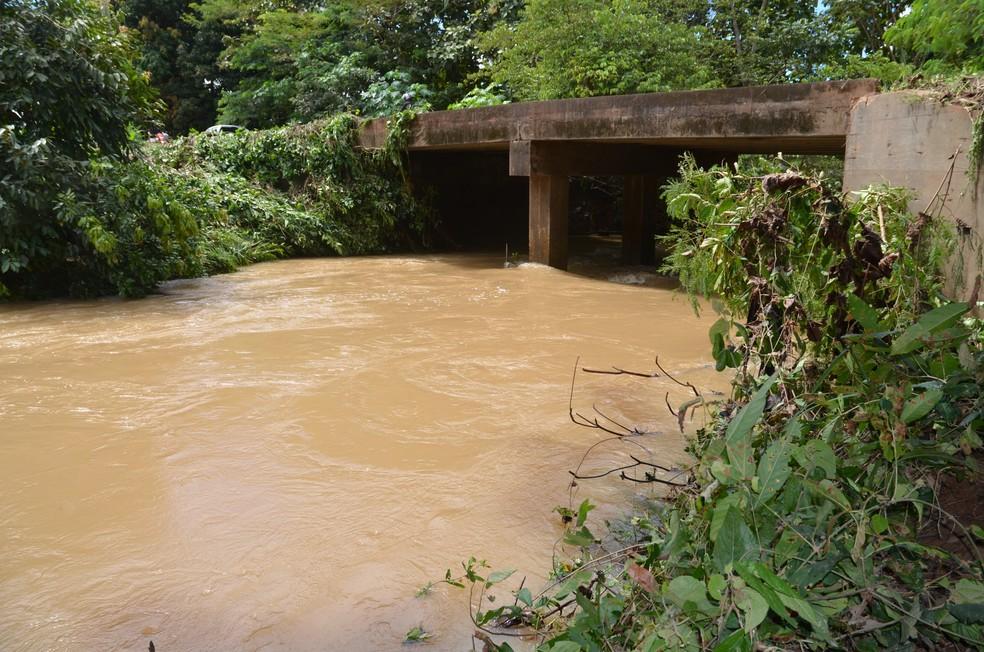 Rios de Cacoal transbordaram e causaram transtornos a ribeirinhos (Foto: Magda Olveira/ G1)