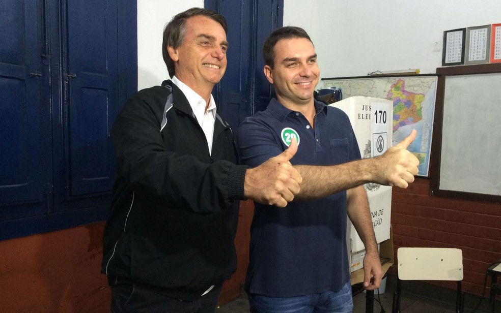 O presidente Jair Bolsonaro e o senador eleito Flávio Bolsonaro, filho do presidente — Foto: Fernanda Rouvenat / G1 Rio