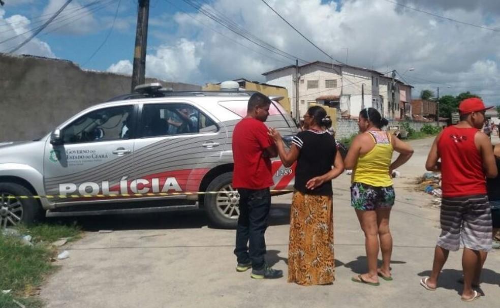 Policial tirou dinheiro de rapaz durante abordagem no Bairro Genibaú, em Fortaleza (Foto: TV Verdes Mares/Reprodução)