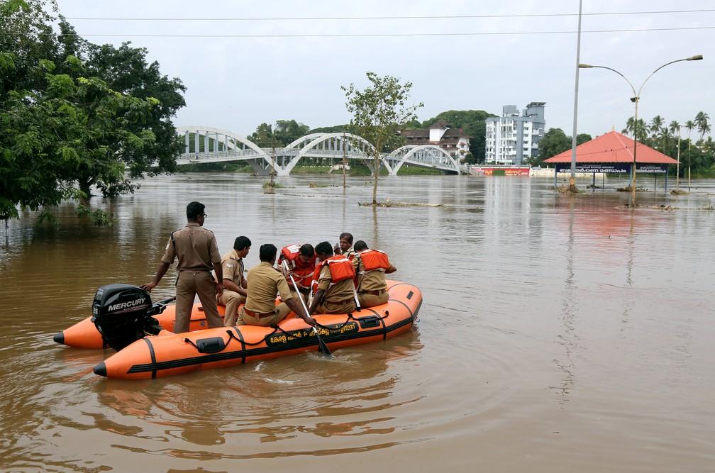 -  Equipe de resgate patrulha área inundada do rio Periyar, nos subúrbios de Kochi, Índia, nesta sexta-feira  10 .  Foto: Reuters/Sivaram V