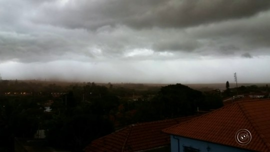 Chuva assusta moradores e causa estragos na região de Bauru