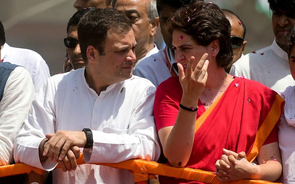 O presidente do Partido Congresso Nacional, Rahul Gandhi e sua irmã, Priyanka Gandhi, durante evento do partido em Amethi, na quarta-feira (10) — Foto: Sanjay Kanojia/AFP