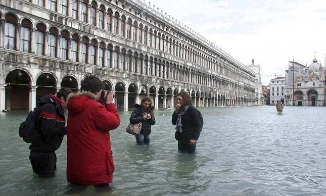 Em 2008, turistas aproveitaram a enchente para tirar fotos em Veneza