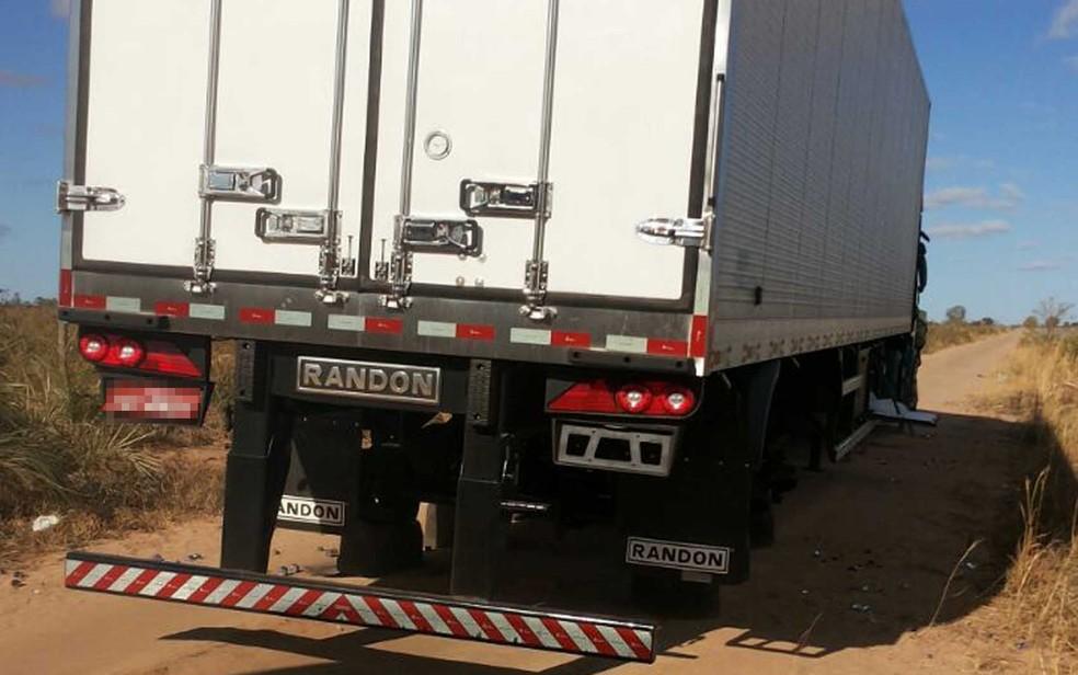 Pneus de caminhão foram levados por assaltantes na madrugada de domingo  (Foto: Blog do Sigi Vilares)