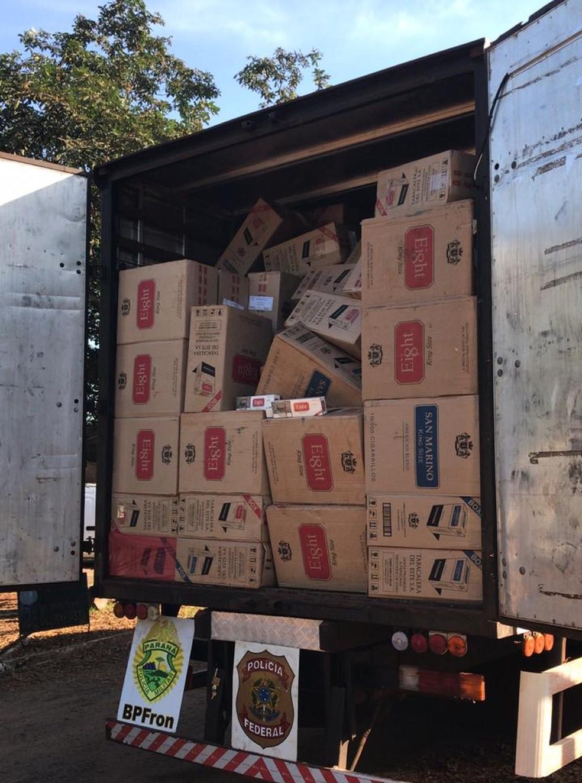 Cigarros estavam escondidos no baú de um caminhão, em Guaíra  — Foto: Divulgação/PF
