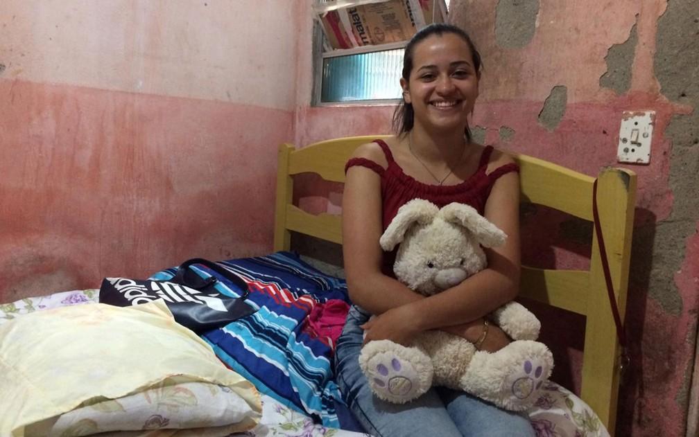 A estudante Rhyllary Barbosa dos Santos em seu quarto — Foto: Glauco Araújo/G1